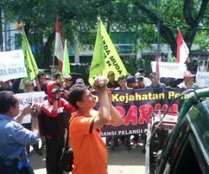 "KPU Kota Bekasi Lakukan kecurangan""Rombongan Caleg Demo KPUD Kota Bekasi"