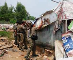 100 Rumah di Bantaran Kali Bekasi Dibongkar