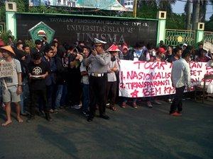 Mahasiswa Bekasi Demo Tolak Kenaikan BBM