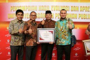Wali Kota Bekasi Terima Penghargaan Pelayanan Publik DPMPTSP Dari MENPAN RB RI