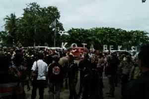 Aksi Demo GMBI Di Pemkot Bekasi berujung Bentrok Antar Ormas