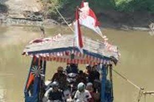 Jasa Perahu Eretan Sepi Penumpang di Kali Bekasi