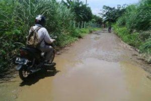 Jalan Desa Sukamekar Rusak Parah, Pemkab Bekasi Acuh