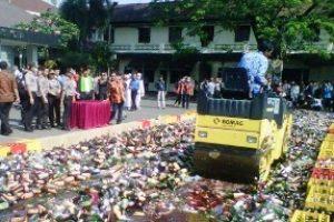 Polresta Bekasi Kota memusnahkan Belasan Ribu Miras